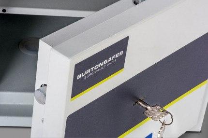 Burton Eurovault Aver 1K Police Approved Security Safe door close up