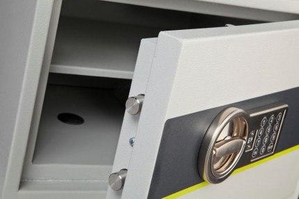 Burton Eurovault Aver 2E Police Approved Security Safe door close up