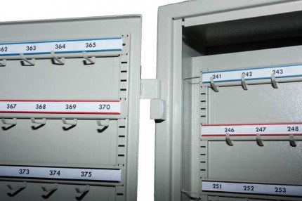 KSE400V has double spaced and offset hook bars to increase capacity of bunches of keys